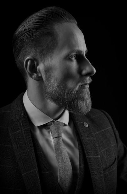 mann-portrait-schwarz-weiß-seite.JPG