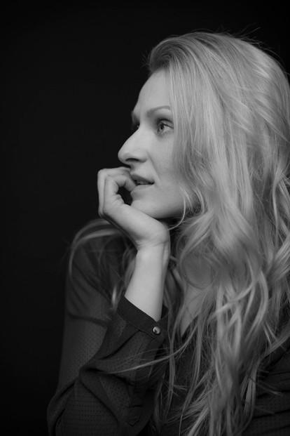 frau-portrait-schwarz-weiß-seite-2.JPG