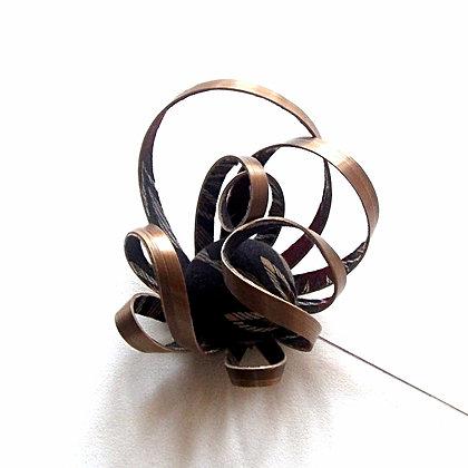 Epingle à chapeau / fibule en paille bronze