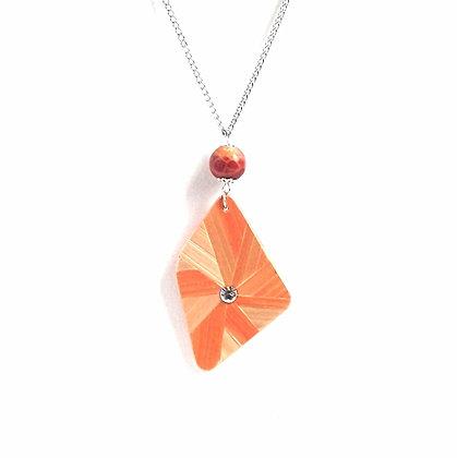 Collier pendentif en paille orange et corail