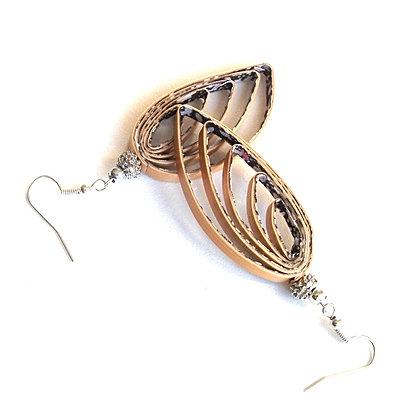Boucles d'oreilles pendantes en marqueterie de paille dorée