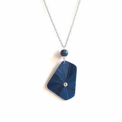Collier pendentif abstrait en paille bleue et cristal