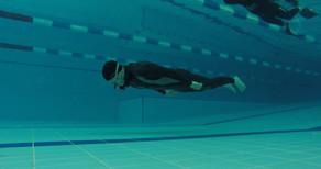 Спортсмен на соревнованиях по фридайвингу в бассейне Океаниум
