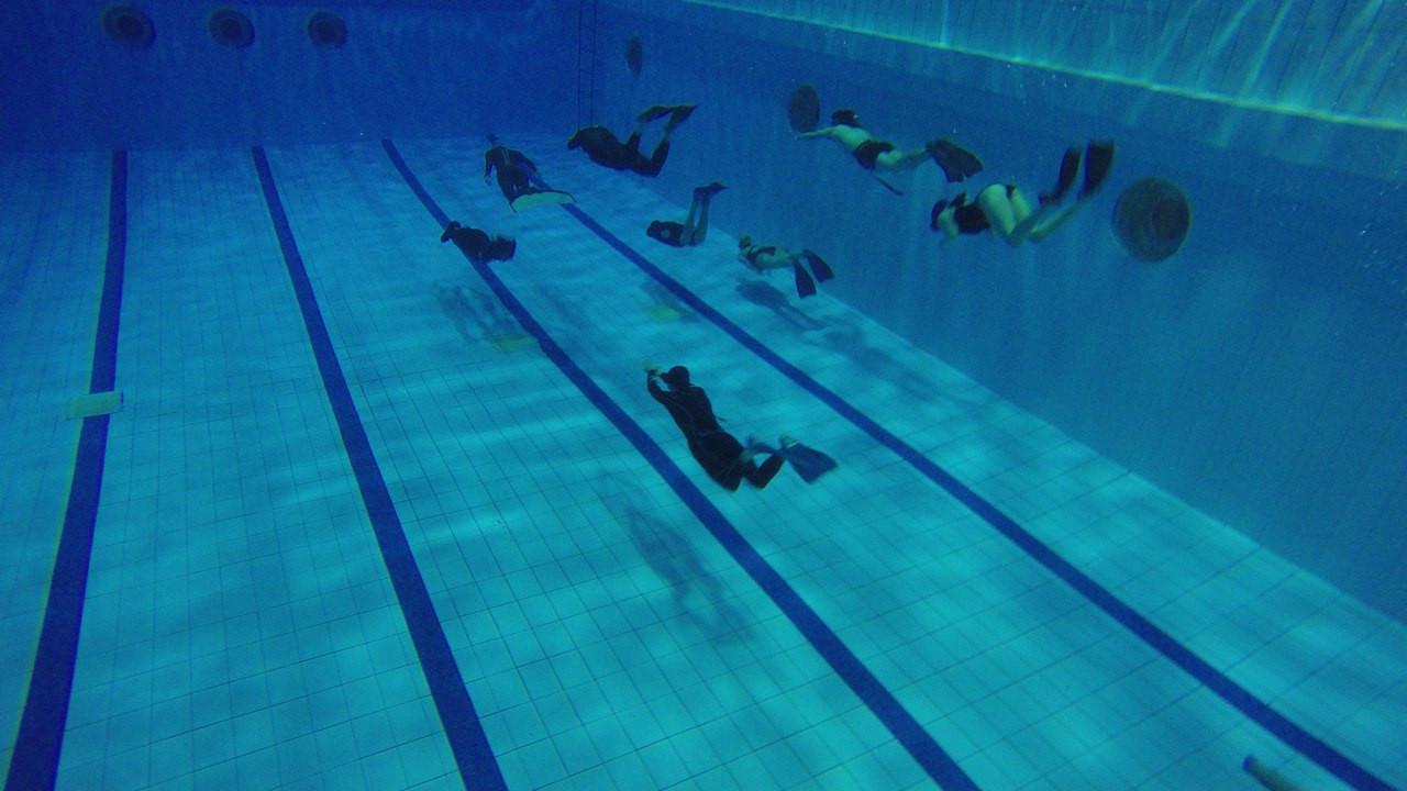 занятие по фридайвингу в глубоком бассейне