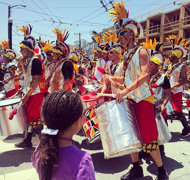 Carnaval parade watching #Carnaval #SanFrancisco #BayExplorers #YayArea #WhatToDoWithKidsInTheBayArea #ForeverOutside #Parade #MomLife
