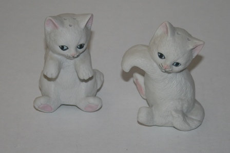 VINTAGE HANGING WHITE CAT KITTEN SALT & PEPPER SET