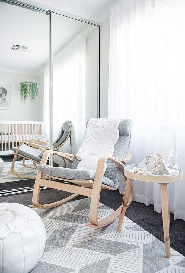 Cadeira de balanço na decoração quarto bebê