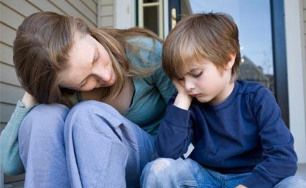אמא מדברת אל הילד
