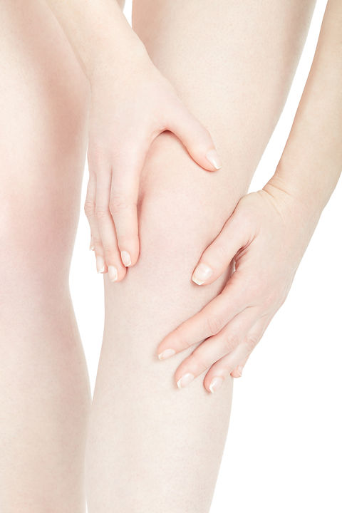 woman-fatigued-leg-with-knee-pain-isolat