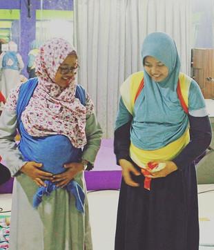 Belajar menggendong boleh untuk siapa pun. Ibu _ku_nummy sedang hamil kedua dan berbagi kesenangan menggendong dengan suami.jpg