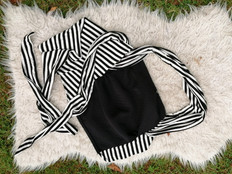 écharpe noire et marinière noire et blanche