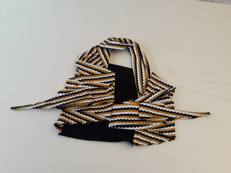 écharpe noire et v