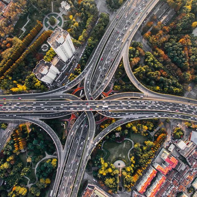 Foto aérea de uma estrada