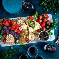 Käse, Beeren und Crackers
