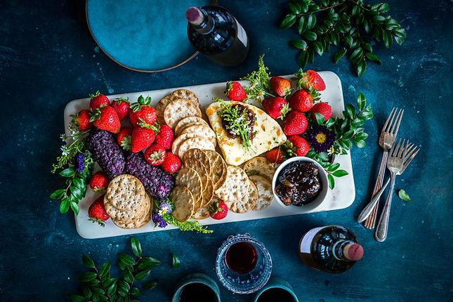 Queijo, frutos e biscoitos