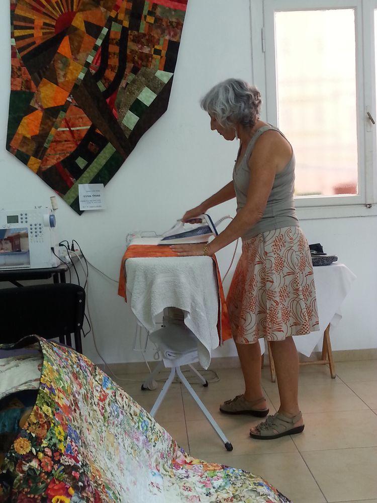 מגהץ בדי כותנה בסטודיו לאמנות טלאים