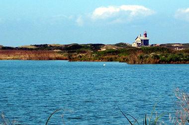 Lighthouse_on_Block_Island,_RI.jpg