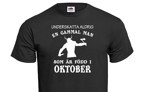 """T-shirt Underskatta aldrig en gammal man som är född i """"välj månad"""""""