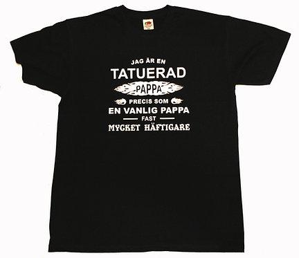 T-shirt Jag är en TATUERAD pappa precis som en vanlig pappa fast mycket häftigar