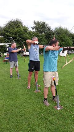 Männer_unter_sich_beim_Bogenschießen.jpg