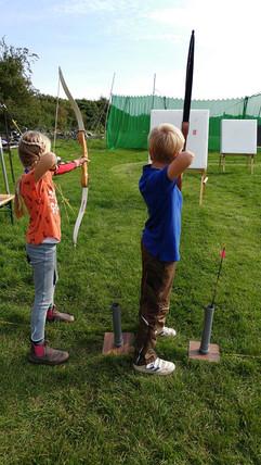 kleine_Bogenschützen_auf_dem_Campingplat
