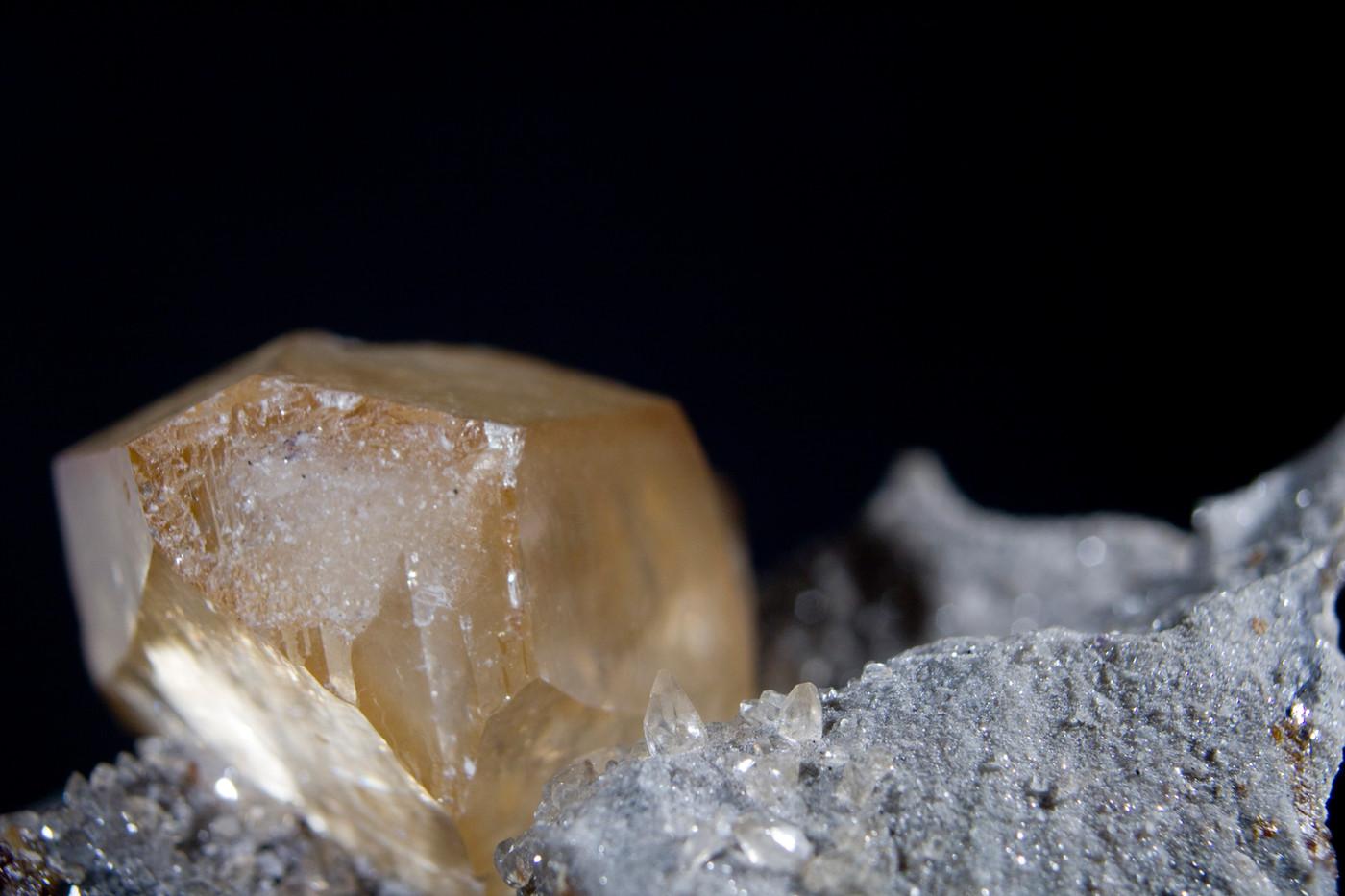 Calcite. Elmwood Mine, Tennessee, USA - @StudioMineralia