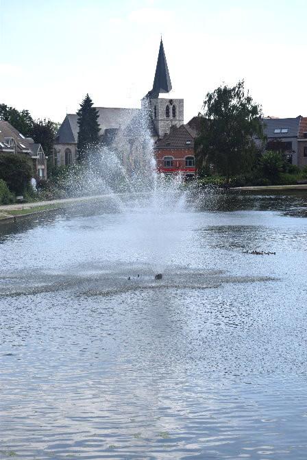 Vue sur l'église Sint-Ambrosius de Dilbeek