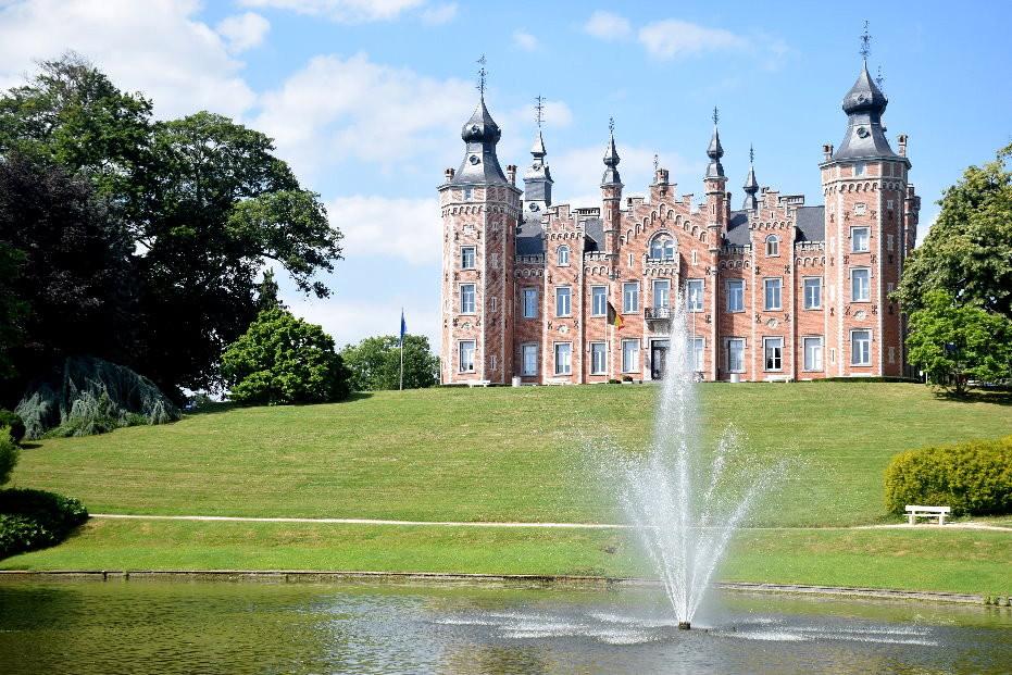 Façade arrière du Château de Viron (maison communale de Dilbeek) vue de l'étang en contre-bas