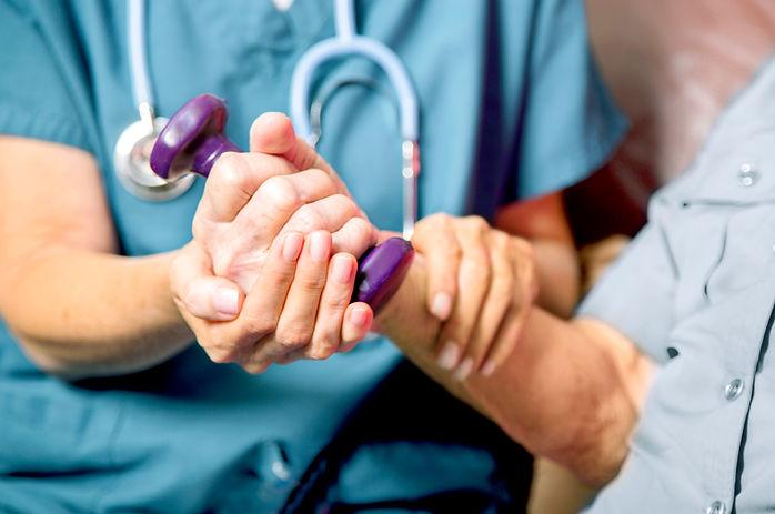 Patient avec l'infirmière des soins de s