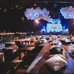 אירוע חברה עם עיצוב עננים מבלונים בלבן
