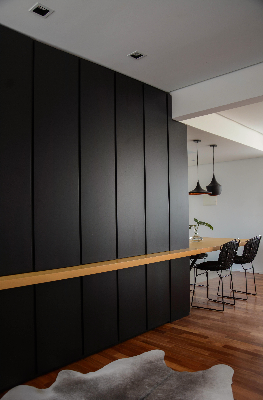 apartamento ondina | mobiliário separando a cozinha da sala e do home office