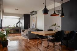 apartamento ondina | sala de estar com churrasqueira e lareira