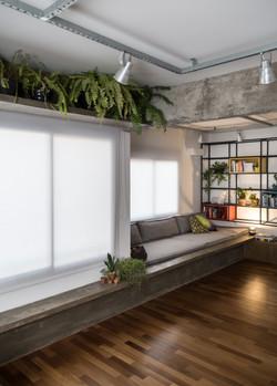 ap possamai | sala de estar e home office | prateleira e banco de concreto aparente moldado in loco