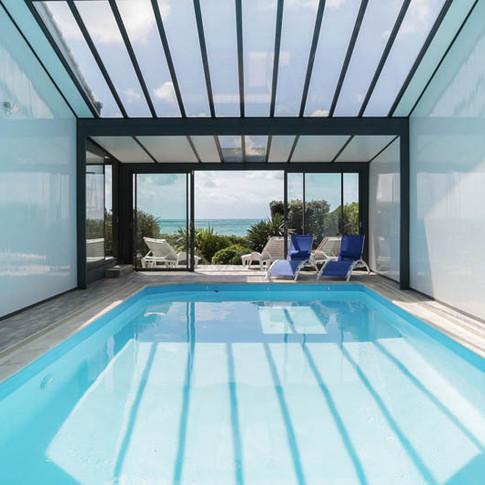 Immense piscine intérieure