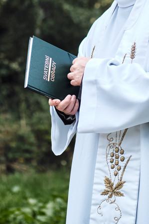 Farář během obřadu