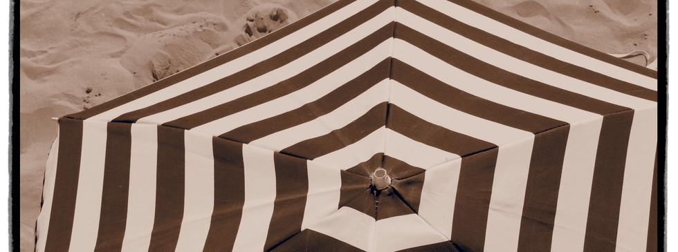 Plage Bretagne parasol sable Locquirec rayures mer été
