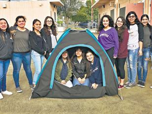 Estudantes criam uma barraca com energia solar para sem-tetos