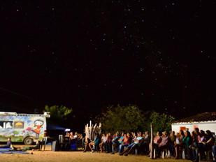 Van com energia solar oferece cinema de graça a escola municipal na cidade de Varginha, MG