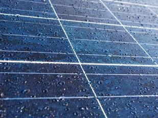 Painéis solares funcionam mesmo com chuva?