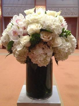 2021_valentines_day_white_flower_arrangement
