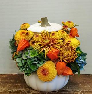2021_pumpkin_white_flower_arrangement