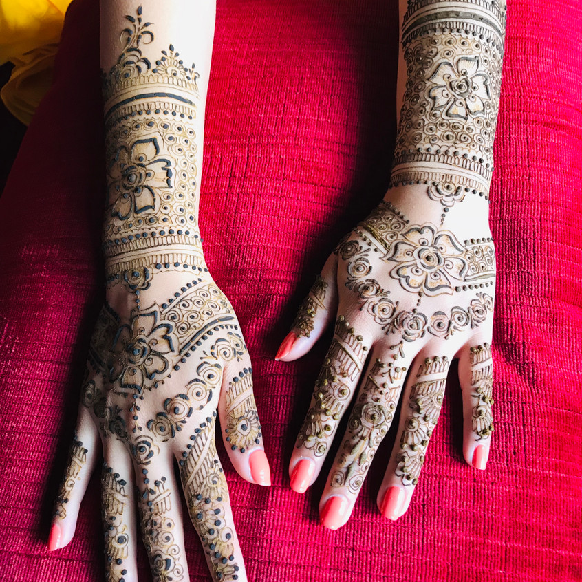bridalmehendi-chateaudelavalouze-hands2.