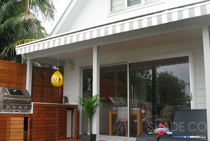Folding arm awning with straight valance