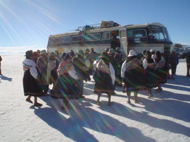 DANZAS EN LA MITAD DEL SALAR DE UYUNI (BOLIVIA)