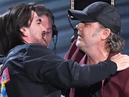 Lars Urlich de Metallica le entregó el premio a personalidad del año a Juanes.