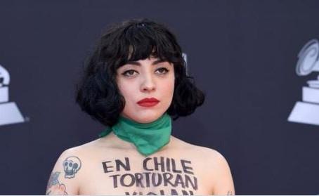 Mon Laferte se desnuda en la alfombra roja del Grammy, para protestar por la situación de su país
