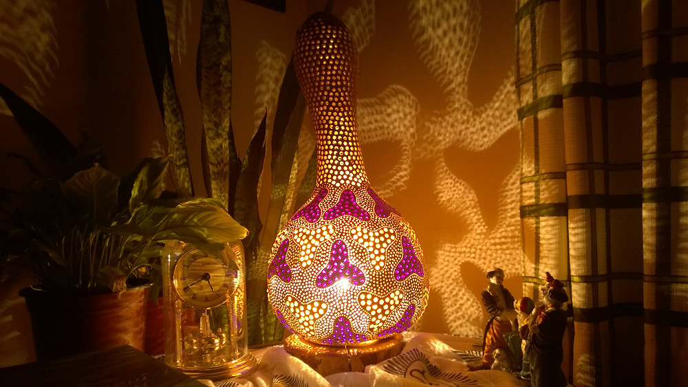 Any corner in the room is just right for this gourd lamp.