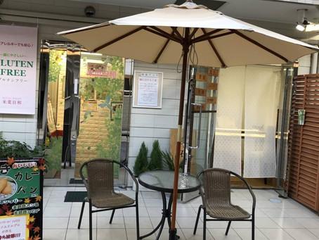 店舗前に、大傘登場!