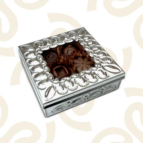 Caja de hojalata con 9 piezas de chocolate relleno