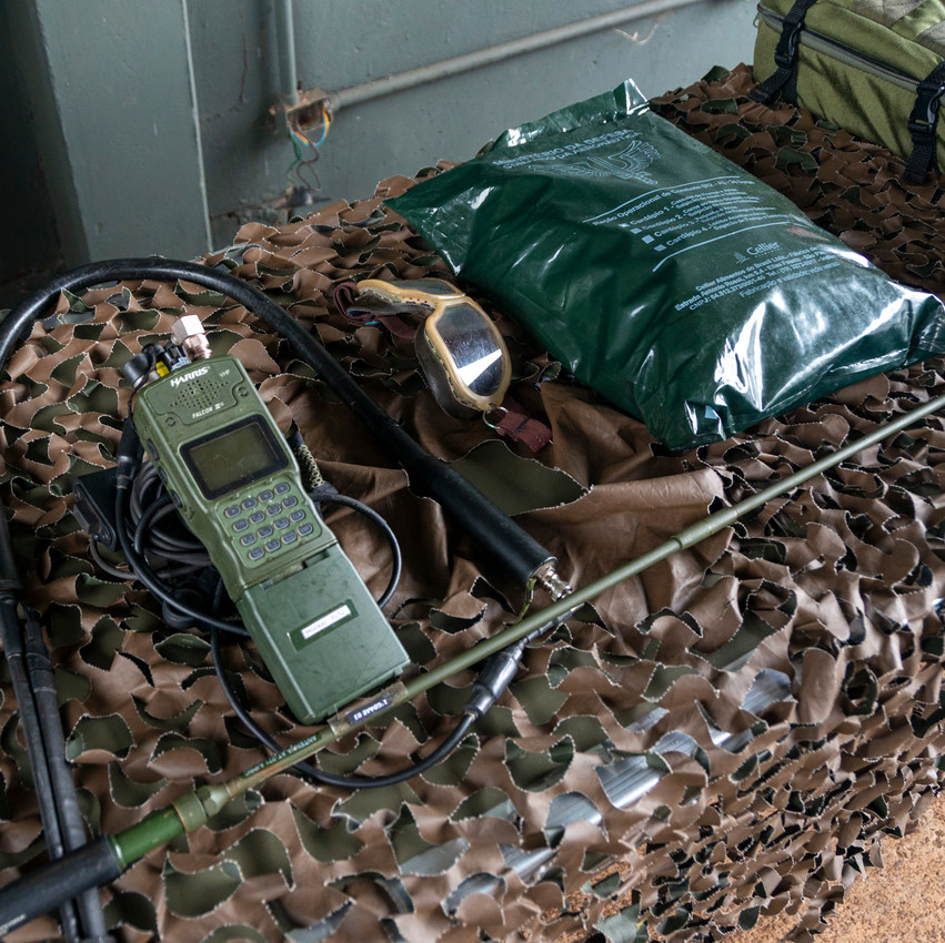 Radios de comunicación y suministros para uso de campaña.